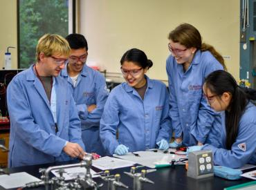 Lecturer Charlie Cox works with Chemistry students (Ben Binhong Lin, Stanford University)